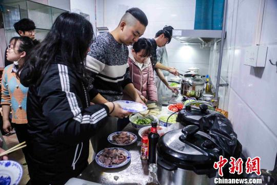 烹饪教室内,大家分工合作一起动手,忙碌但有条不紊 胡海洋 摄