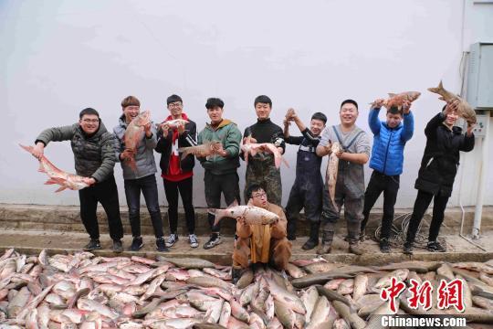 学生展示捕鱼成果 陈冲 摄
