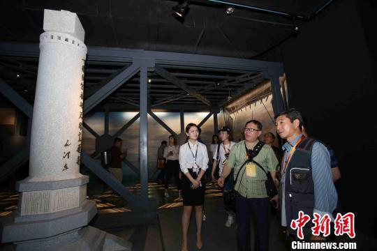 海外华文媒体代表参观正在建设中的桥梁博物馆 张畅 摄