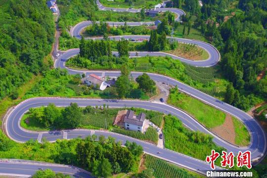 """""""十大拐""""公路是当地一道靓丽奇特的风景线。 刘林 摄"""