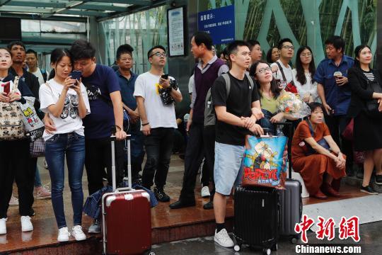 旅客从铁路上海站出发前往自己的目的地(殷立勤/摄)