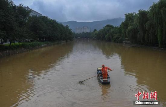 资料图:浙江杭州遭遇强降雨,城市河道水位上涨。中新社记者 王刚 摄