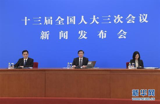 5月21日晚,十三届全国人大三次会议新闻发布会在北京人民大会堂新闻发布厅举行,大会发言人张业遂就会议议程和人大有关工作回答了中外记者提问。 新华社记者 李贺 摄