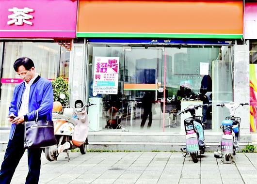 图为武昌徐东一家中介公司门点有点冷清 楚天都市报记者李辉摄
