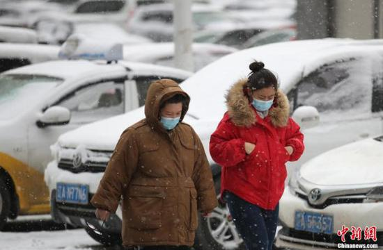 资料图:3月4日,沈阳市民冒雪出行。 于海洋 摄