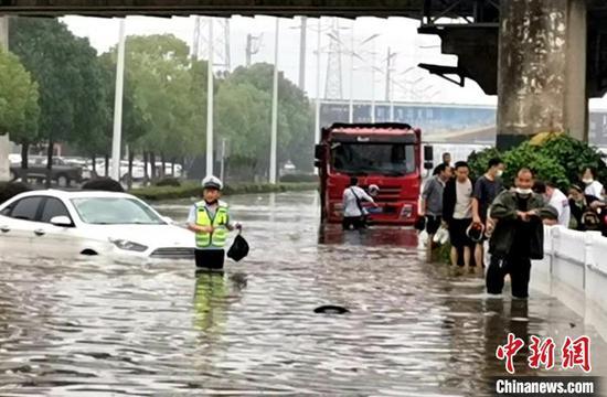 襄阳市襄州区一立交涵洞渍水,交警在现场开展施救 李琦雯 摄