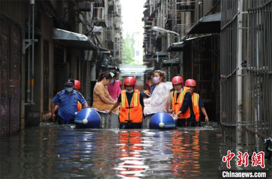 湖北襄阳城区出现内涝,消防转移受困人员。襄阳消防供图