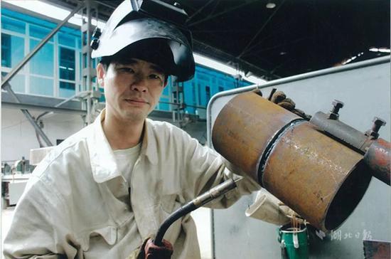 代能武,男,1968年6月生,武昌船舶重工集团有限公司船舶电焊工,高级技师。