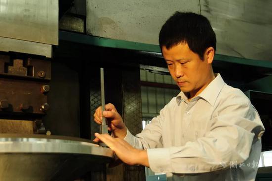 阎敏,男,1968年5月生,湖北三江航天江北机械工程有限公司车工,高级技师。