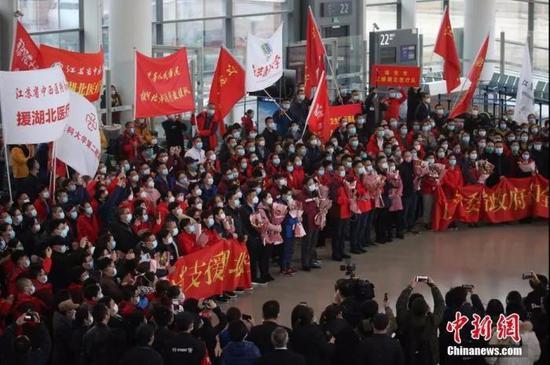 2月11日,江苏援湖北黄石医疗支援队310名队员出发。中新社记者 泱波 摄