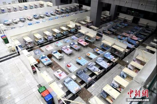 """2月4日,武汉市国际会展中心""""方舱医院""""内景。安源 摄"""