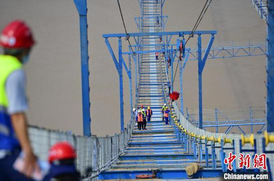 伍家岗长江大桥进入主缆架设施工阶段 刘康 摄