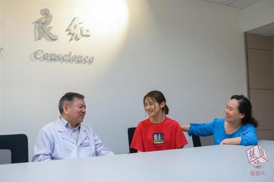 """北川断肢女孩10年后再度来汉 探望武汉""""医护亲人"""""""