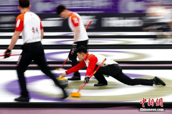 资料图:中国队邹强掷壶。中新社记者 富田 摄