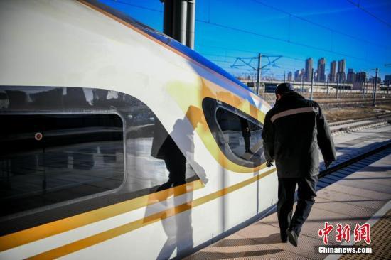 高铁资料图。中新社记者 佟郁 摄