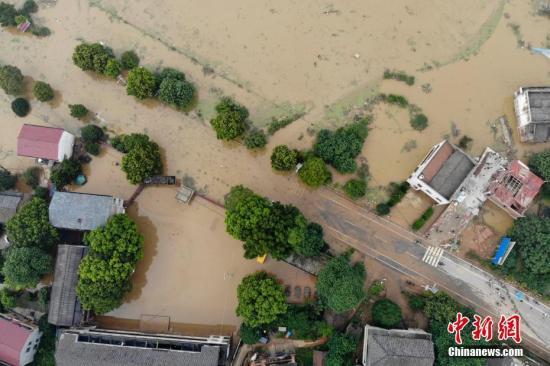 7月11日,湖南衡东县多个乡村与一些道路仍然浸泡在洪水中。图为衡山县通往衡东县的东健大道被洪水阻断。杨华峰 摄