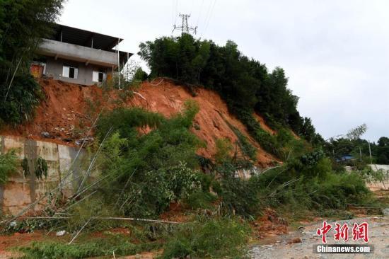 7月10日,连日来的强降雨导致福建省浦城县多地发生山体滑坡。中新社记者 王东明 摄