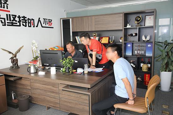 武汉警方在涉案公司调查取证