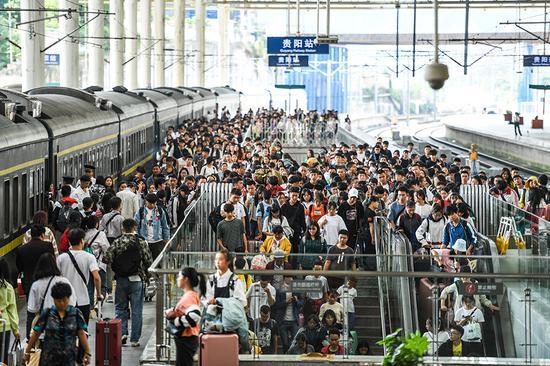 10月6日,旅客在贵阳火车站准备出站。 新华社 图