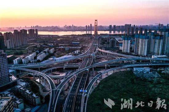 对接杨泗港长江大桥武昌岸八坦立交。