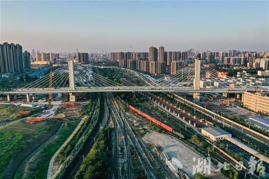 杨泗港快速通道青菱段跨铁路转体斜拉桥。