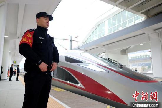 汉十高铁首发车抵达十堰 贺瑞民 摄