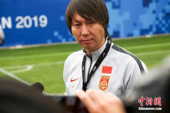 资料图:11月6日,中国男足选拔队一行27人在湖北省武汉市进行训练,备战12月份在韩国举行的东亚足球锦标赛。图为中国男足选拔队主教练李铁接受媒体采访。中新社记者 张畅 摄