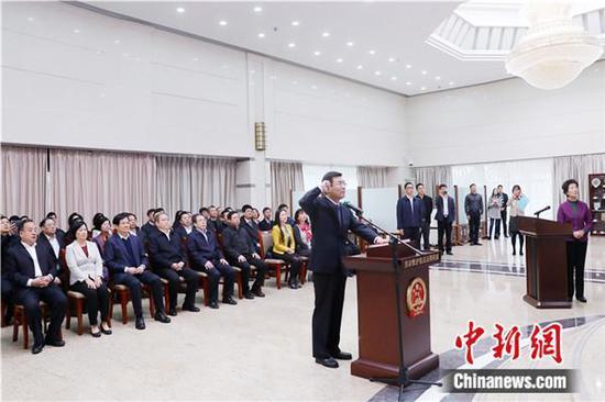 广东省人大常委会主任会议组织新任命的国家机关工作人员向宪法宣誓 任宣 供图