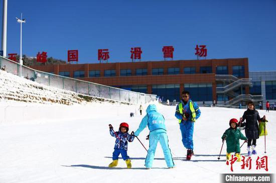 滑雪已成为五峰一项特色全民冰雪运动品牌 王康荣 摄