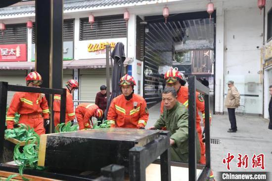 图为消防员正在清除消防通道的杂物 鄂州消防供图