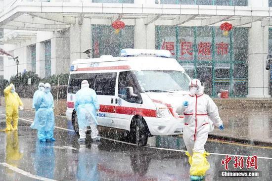2月15日,武汉市迎来寒潮降温天气,全市范围内风雪交加,给疫情防控提出新的挑战。中新社发 刘坤维 摄