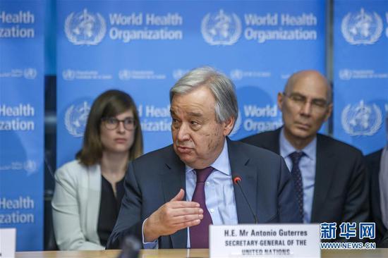 2月24日,在瑞士日内瓦,联合国秘书长古特雷斯(前)在世界卫生组织总部发表讲话。新华社发