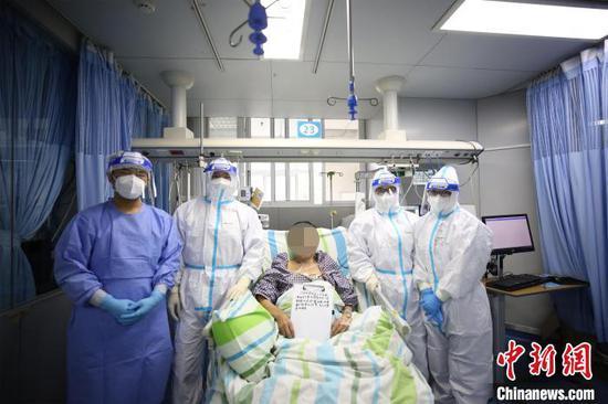 刘先生情况好转,在医护人员的搀扶下坐起 李晗 摄