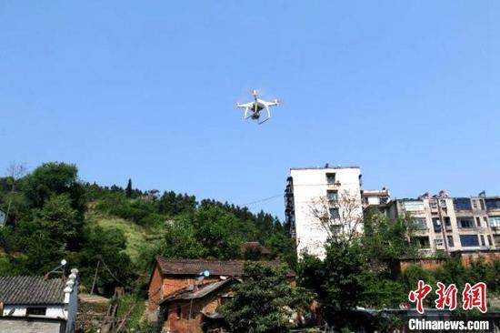 """武当山警方正在利用无人机""""扫毒"""" 李强 摄"""