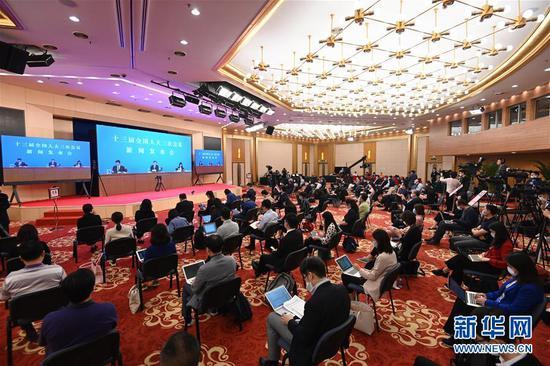 5月21日晚,十三届全国人大三次会议新闻发布会在北京人民大会堂新闻发布厅举行,大会发言人张业遂就会议议程和人大有关工作回答了中外记者提问。这是记者在梅地亚中心多功能厅采访。 新华社记者 陈晔华 摄