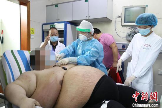 医生为周先生做检查。 李晗 摄