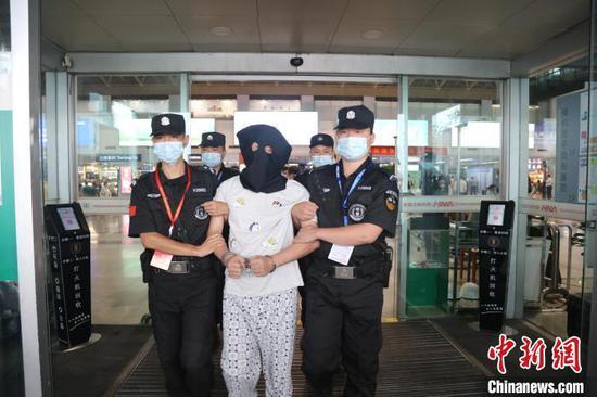 图为警方将嫌疑人抓获。 荆公宣 摄