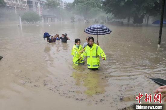 民警参与救援 刘阳子 摄