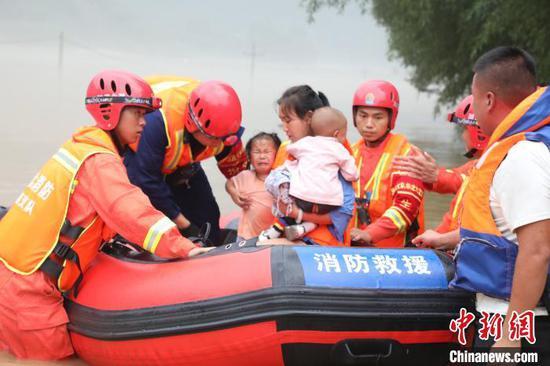恩施消防用冲锋舟转移受困群众 湖北消防供图 摄
