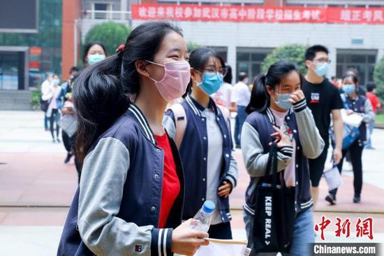 7月20日武汉中考首日,考生轻松走出考场 张畅 摄