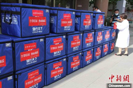 山东此次共紧急调配60万毫升救命血液支援湖北。 孙婷婷 摄