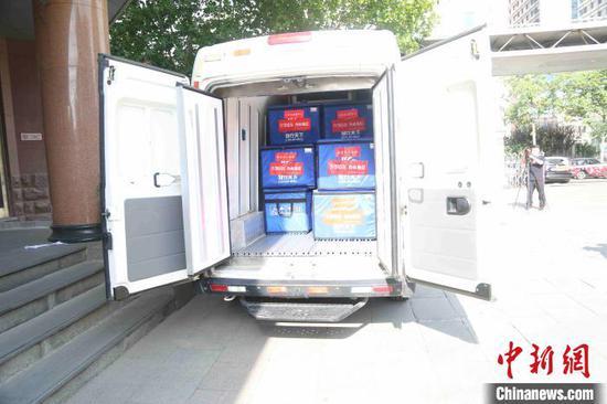 送血车满载22个送血箱,疾驰奔赴武汉。 孙婷婷 摄