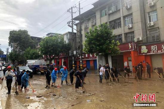 资料图:恩施六角亭民众在洪水过后进行清淤 刘晓玲 摄