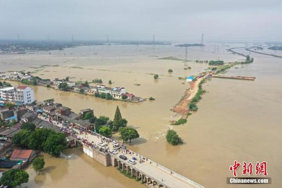 7月23日,航拍安徽庐江县白山大桥周边被淹村庄。22日,安徽庐江县同大镇石大圩发生决口,洪水漫过附近乡村。中新社记者 张娅子