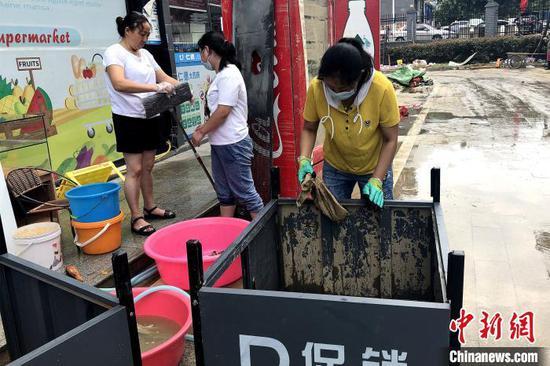 恩施城区供水逐步恢复,市民清洗店铺 郭晓莹 摄