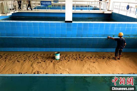 恩施市的水厂工人在清洗气水反绿洗滤池 董晓斌 摄