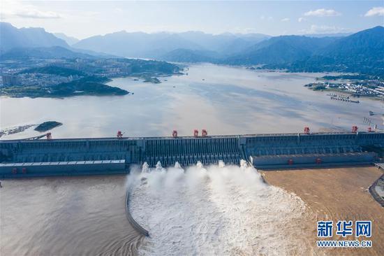 7月27日,长江三峡枢纽工程开启泄洪深孔泄洪(无人机照片)。新华社发(郑家裕 摄)