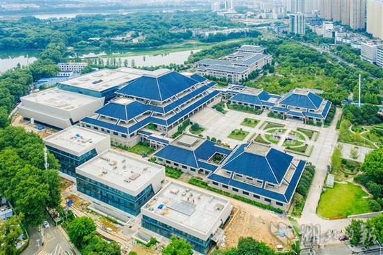 8月4日,俯瞰外装修已完工的省博三期扩建工程。