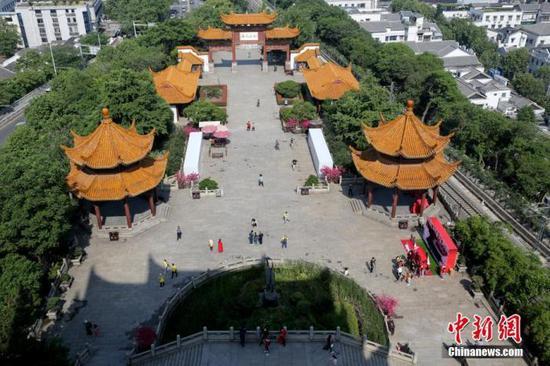 资料图:游客在黄鹤楼景区游园。中新社记者 张畅 摄