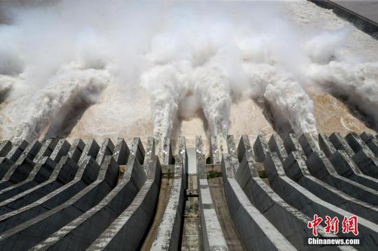 7月31日,三峡枢纽泄洪。中新社记者 张畅 摄